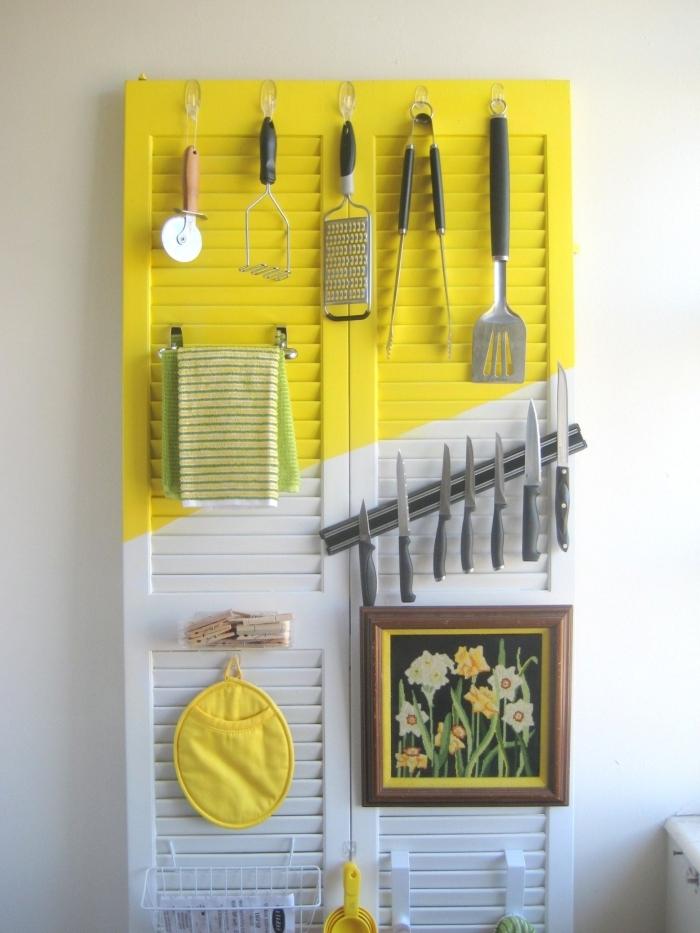astuce rangement cuisine vertical, idée fabrication de rangement mural avec porte ou volet récup pour accrocher les ustensiles