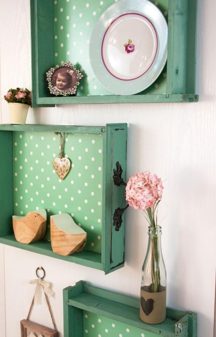 deco recup facile pour adulte, idée comment transformer des vieux tiroirs en étagères murales avec peinture et papier scrapbooking