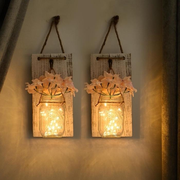 deco fait maison avec matériaux de récup, diy suspension murale avec planche de bois vintage et jar en verre rempli de lumières