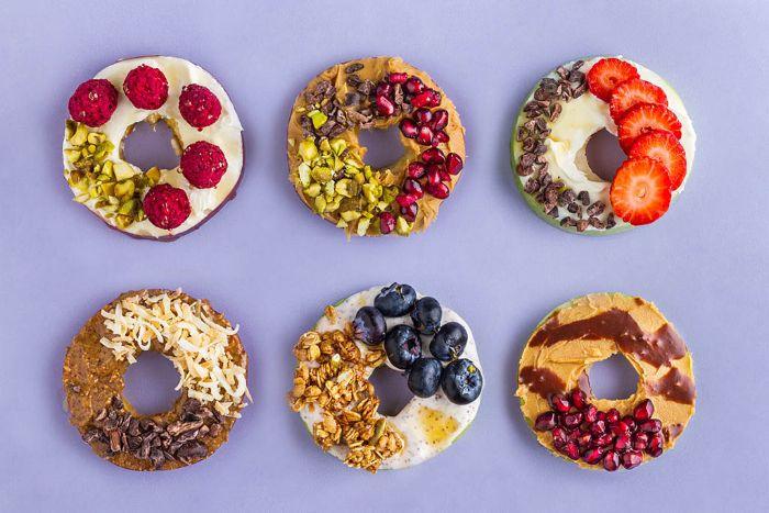 comment faire un donut pomme avec des toppings variés dont museli, granola, pepites chocolat, noix, fruits frais