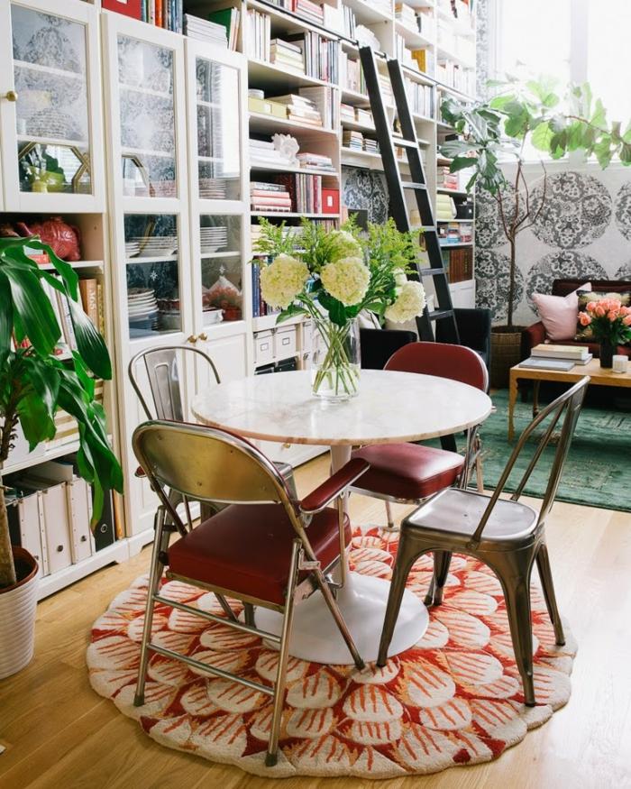 Table ronde avec déco vase au centre avec hortensies idée aménagement studio, amenagement studio 15m2 ikea décoration