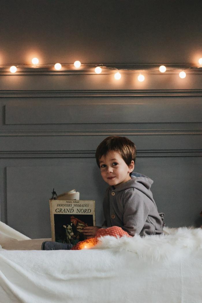 Lire un livre, photo chambre a coucher enfant, image fond ecran, fond d'écran classe image sensation confort