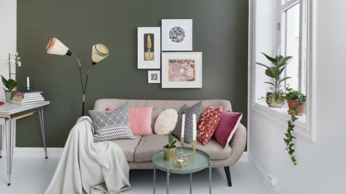 Gris mur et canapé avec coussins confortables deco appartement, comment décorer un studio style hippie chic