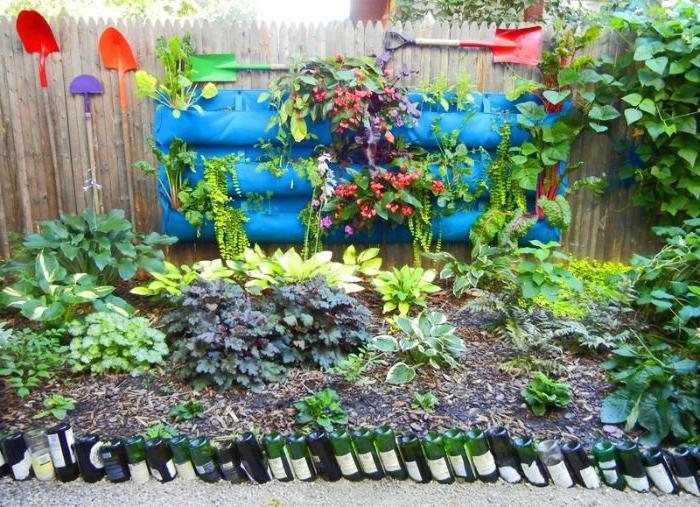idee bordure de jardin recup en bouteilles de vin pour limiter un coin jardin, comment aménager son jardin recup