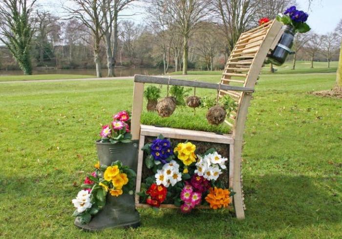 vieille chaise de bois cimme objet détourné flerui, jardiniere originale a faire soi meme, bottes fleuries