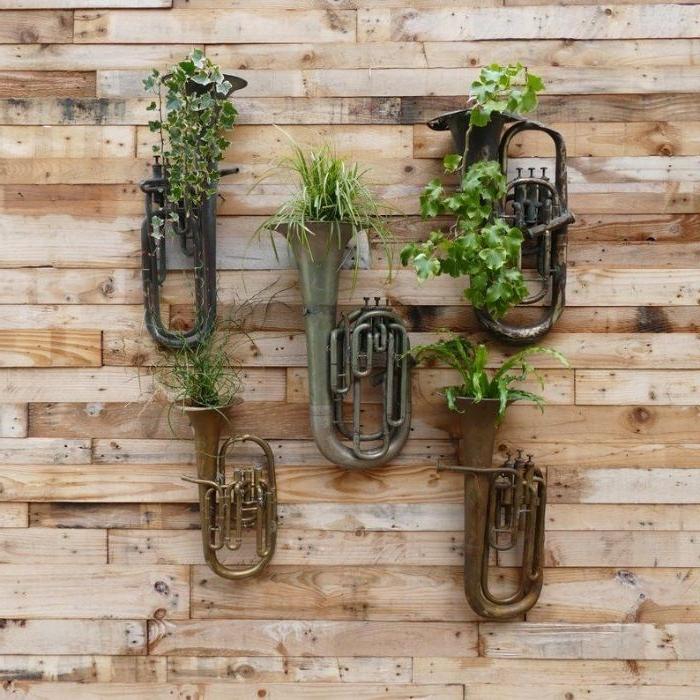 bricolage recyclage facile, idee pot de fleur diy fabriqué dans trompette, idee d habillage mur exterieur