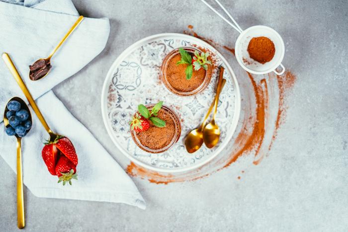 dessert facile pour recevoir, exemple de mousse au chocolat maison avec aquafaba pour votre meni vegan