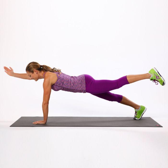 faire la planche position de gainage avec levée de jambe et de bras, idee exercice abdos isometrie