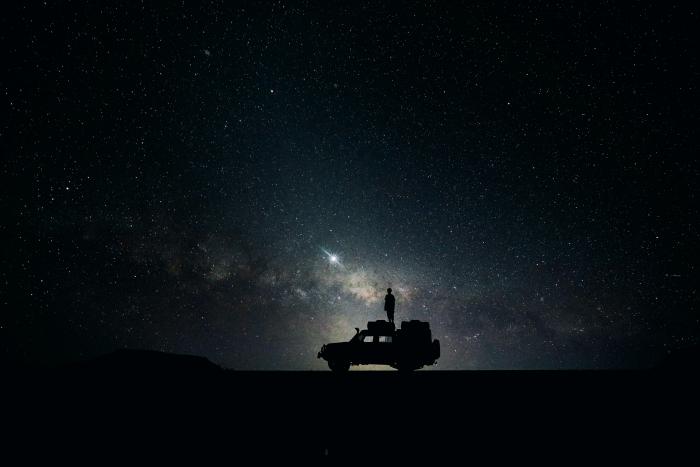 fond d écran gratuit pour pc, image paysage de nuit et véhicule sous un ciel parsemé d'étoiles sombre