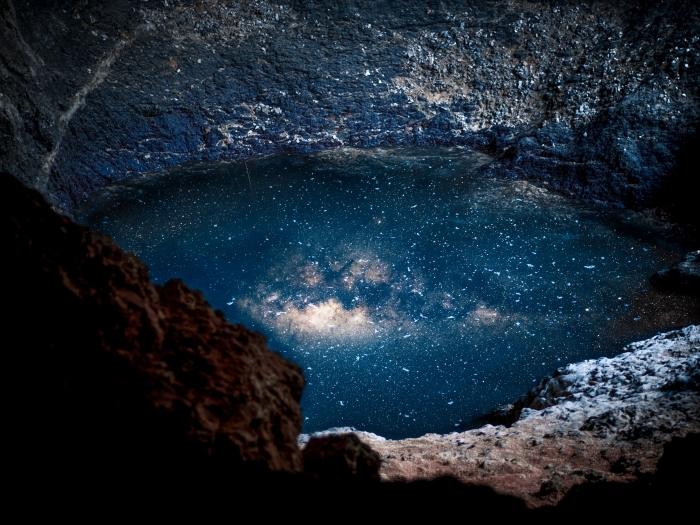 fond d écran galaxie pour ordinateur, image phénomène lumineux et rochers comme wallpaper pour pc