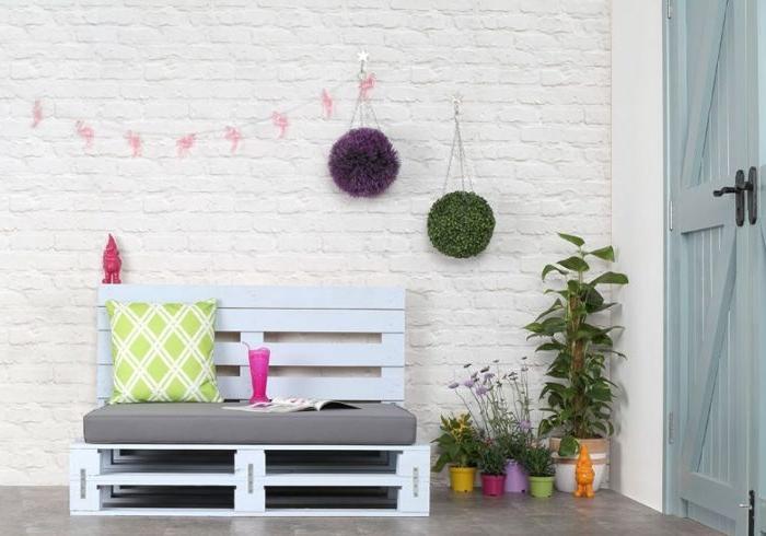 amenagement terrasse jardin avec canapé en palette à faire soi meme avec dossier, assise grise, bricolage adulte facile