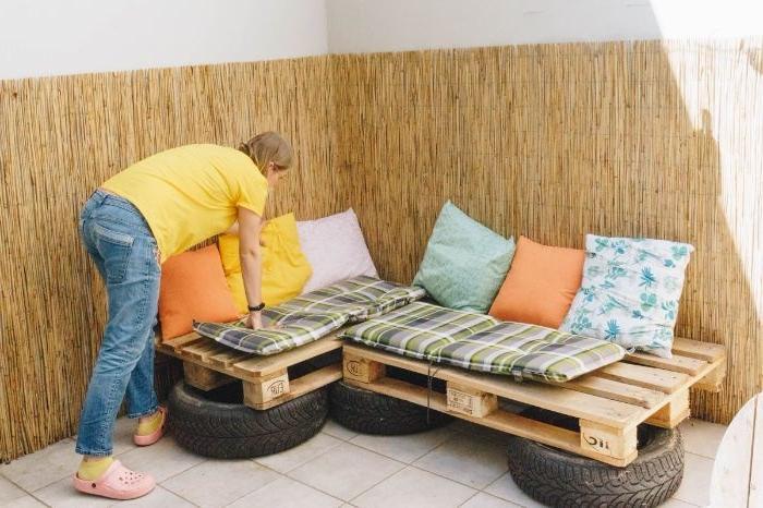 canapé en palette d angle sur des pneus recyclés, idee amenagement petit jardin coin repos exterieur