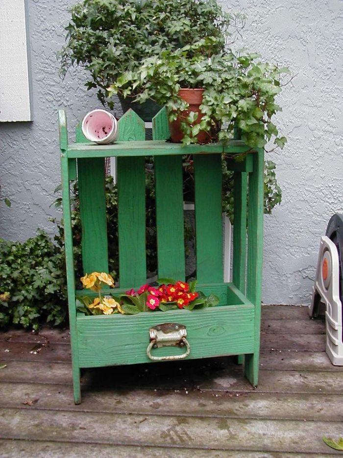 une caisse de bois avec tiroir recyclés pour fabriquer une jardiniere diy originale comme deco jardin originale