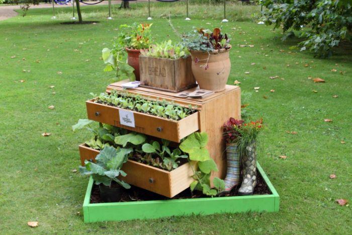 deco fait maison originale pour le jardin en meuble bois recyclé à tiroirs fleuris, fabriquer des objets utiles