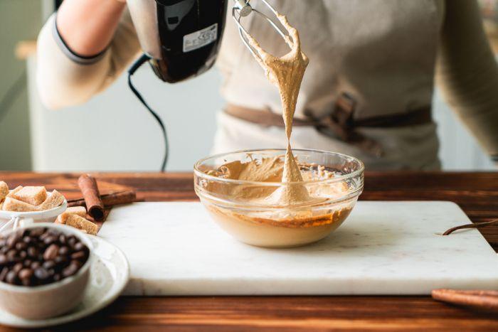 faire une mousse café frappé maison en fouettant d un batteur electrique, boisson énergisant rafraichissante