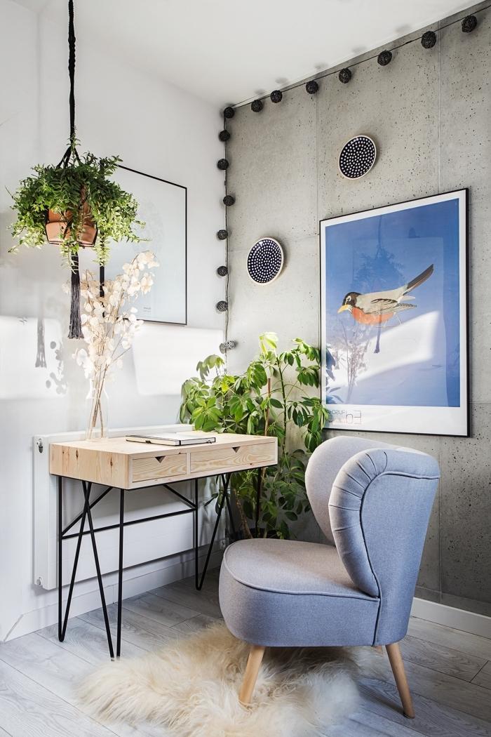 exemple de plante suspendue grimpante dans un coin de travail moderne avec pan de mur aspect béton et meubles en bois