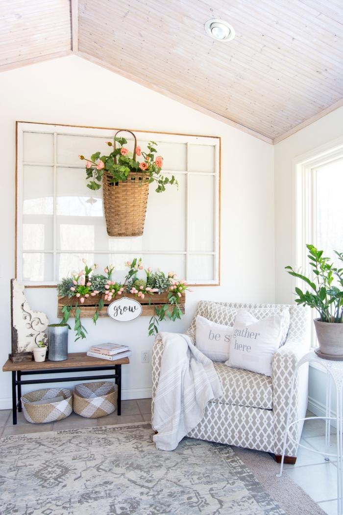 deco fait maison avec matériaux de récupération, coin de repos avec déco murale en vieille fenêtre et panier tressé suspendu