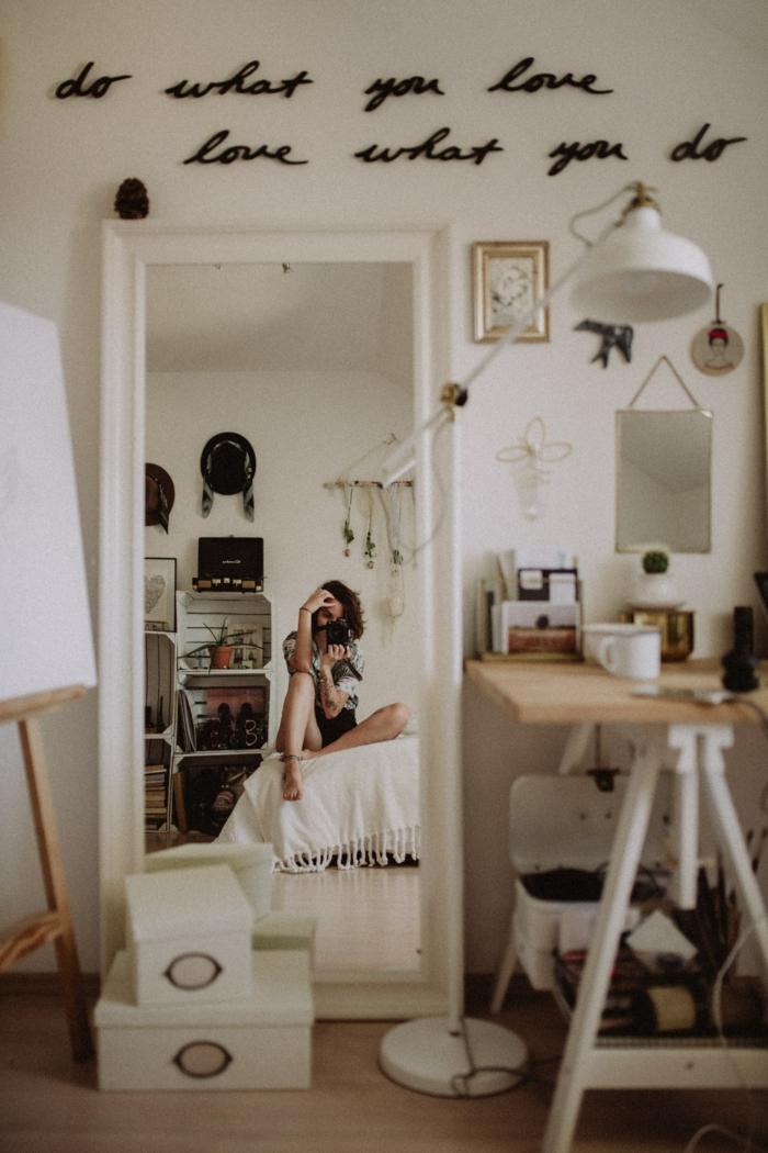 Chambre a coucher femme selfie dans le miroir, fond d'écran cocooning, image pour fond d'écran stylé simple et beau