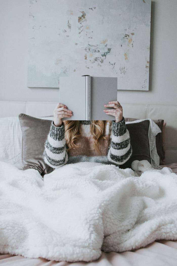 Femme qui lit un livre au lit fond d'écran hiver, fond d'écran stylé pour fille décoration cocooning