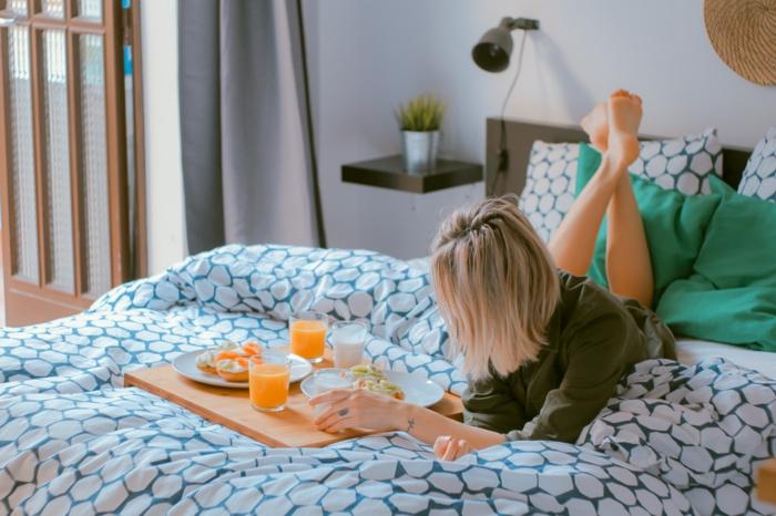 Belle fille sur le lit, moment cocooning petit déjeuner au lit, photo à utiliser pour son fond d'écran