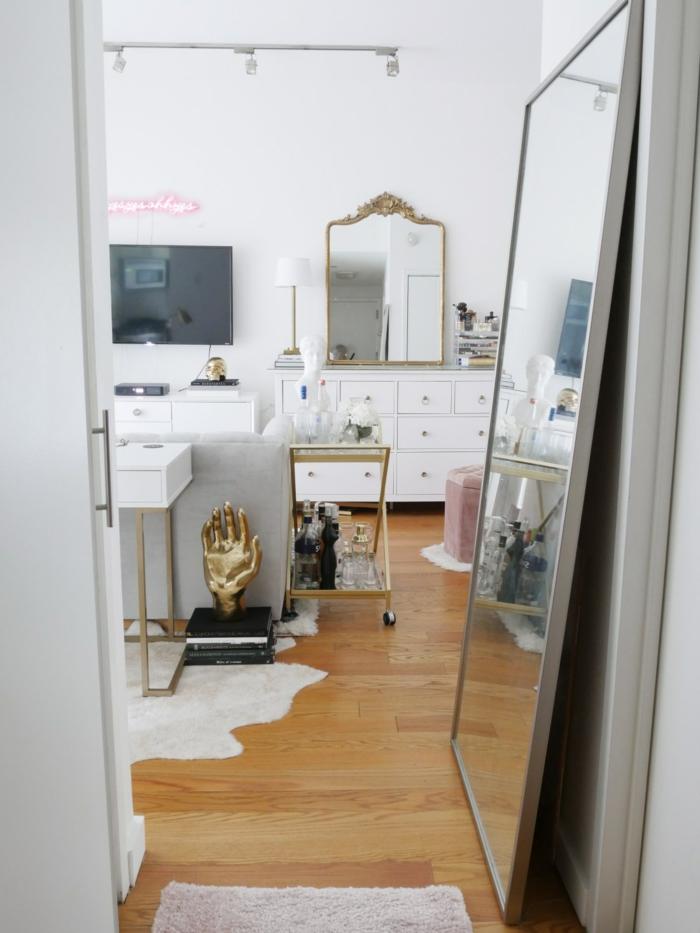 Details dorés, grand miroir amenagement petit espace, créer une belle décoration pour son appartement