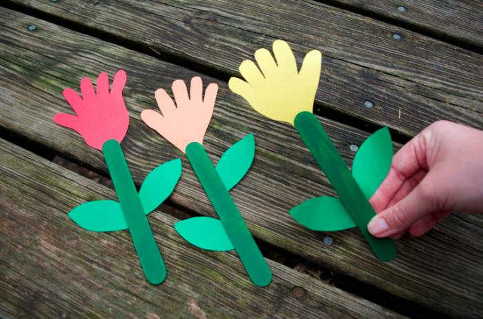 diy marque-page en forme de tulipe avec empreinte de petite main d'enfant, idée de bricolage fête des mères maternelle