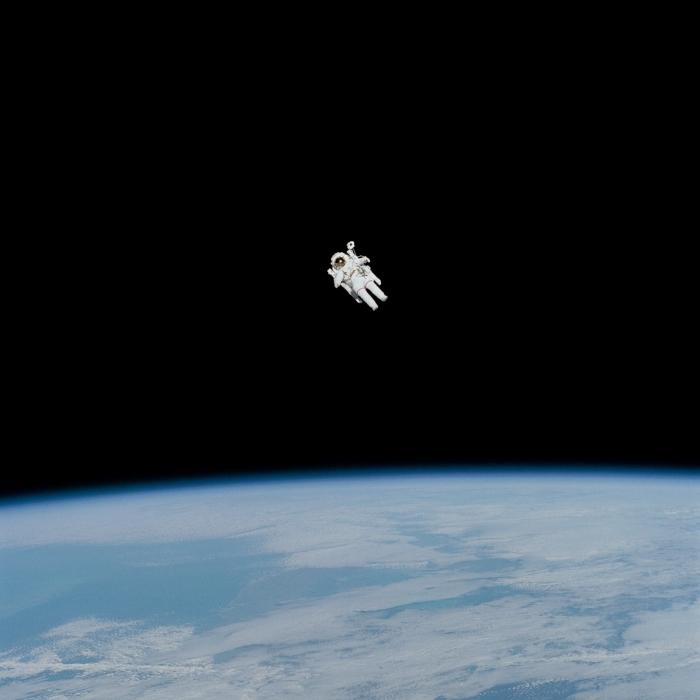 fond d écran smartphone original, photo d'astronaute volant au-dessus de la terre dans le cosmos pour écran de verrouillage