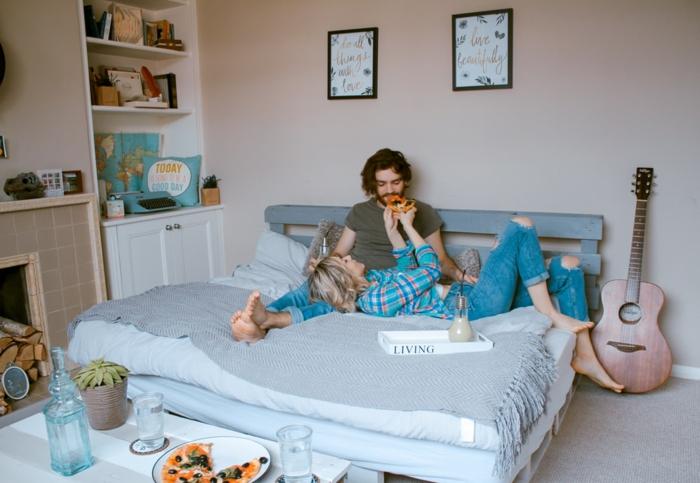 Couple amoureux manger de pizza, beau fond d'écran, photo cocooning fond d'écran stylé beauté
