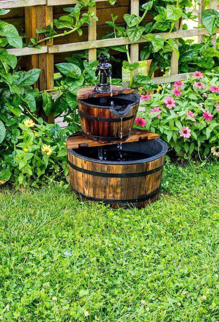 fabriquer une fontaine de jardin simple dans de basc recyclés à aménager dans le jardin sur l herbe