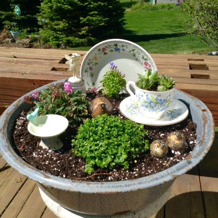recyclage de fontaine de jardin transformée en mini jardin de fée avec vaisselle tecup, comment amenager son jardin