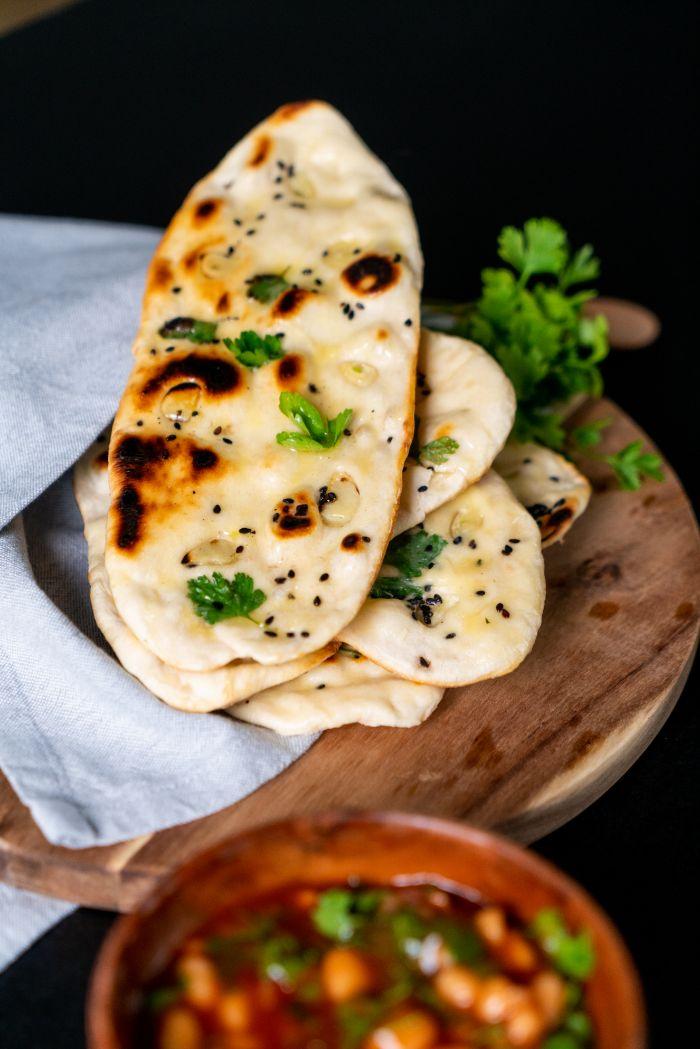 recette nann nature garni d ail, persil et graines de sesame noir, idee comment faire une galette indienne