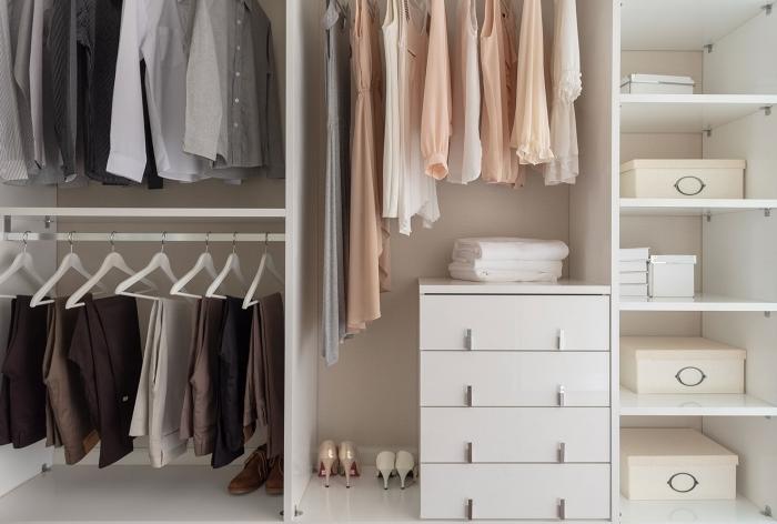 modèle de rangement chambre minimaliste avec boîtes, idée comment bien organiser ses vêtements et chaussures