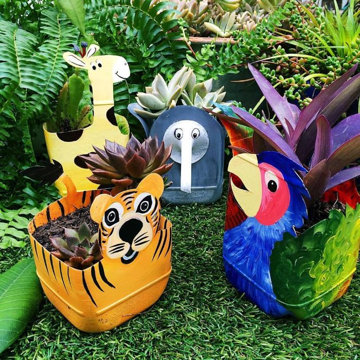 que faire avec des bouteilles en plastique grandes, idee bacs à fleurs diy avec motif animal tropical pour la decoration de jardin originale