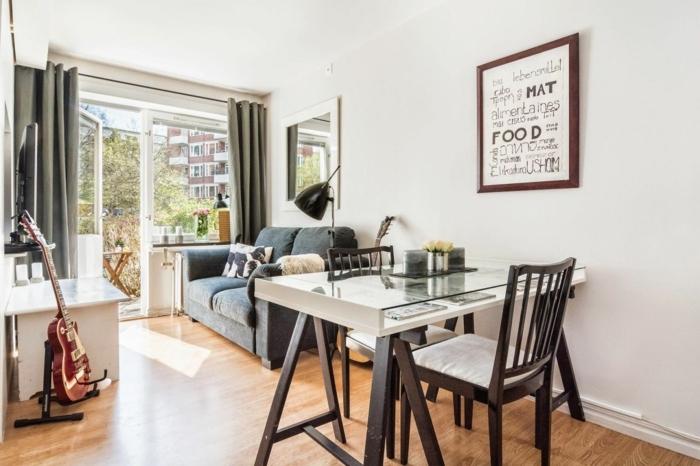 Table et deux chaises, canapé gris idée déco studio, amenagement petit espace confortable bien fait