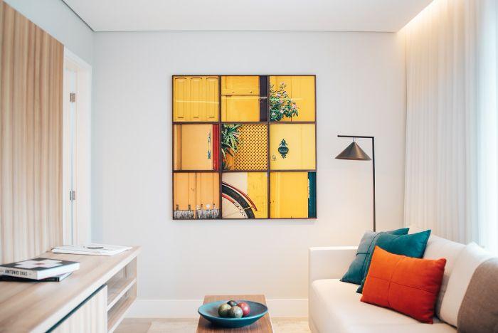 comment habiller un mur blanc de couleur, idée pour décorer les murs de patchwork de cadres photo