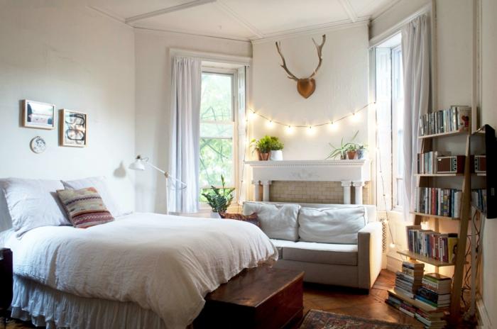 Guirlande lumineuse, lit double, aménagement petit appartement, déco de petit appartement