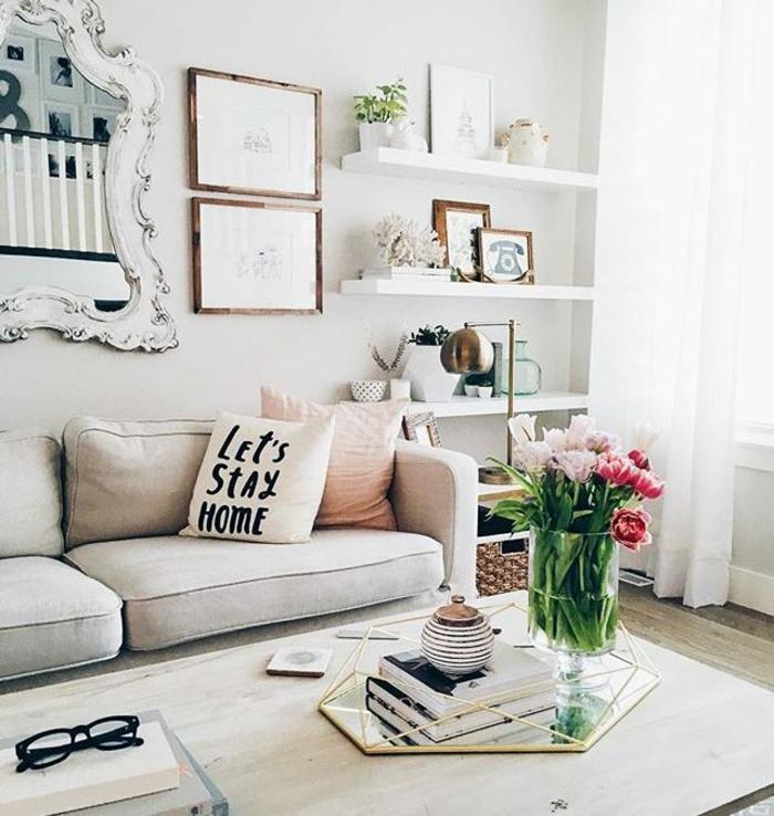 Canapé blanc, table basse, vase avec fleurs de printemps, aménagement studio 25m2 ikea, la meilleure idée déco appartement