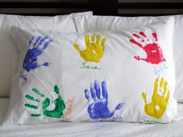 bricolage fête des mères maternelle facile, exemple comment personnaliser son oreiller avec les empreintes des enfants