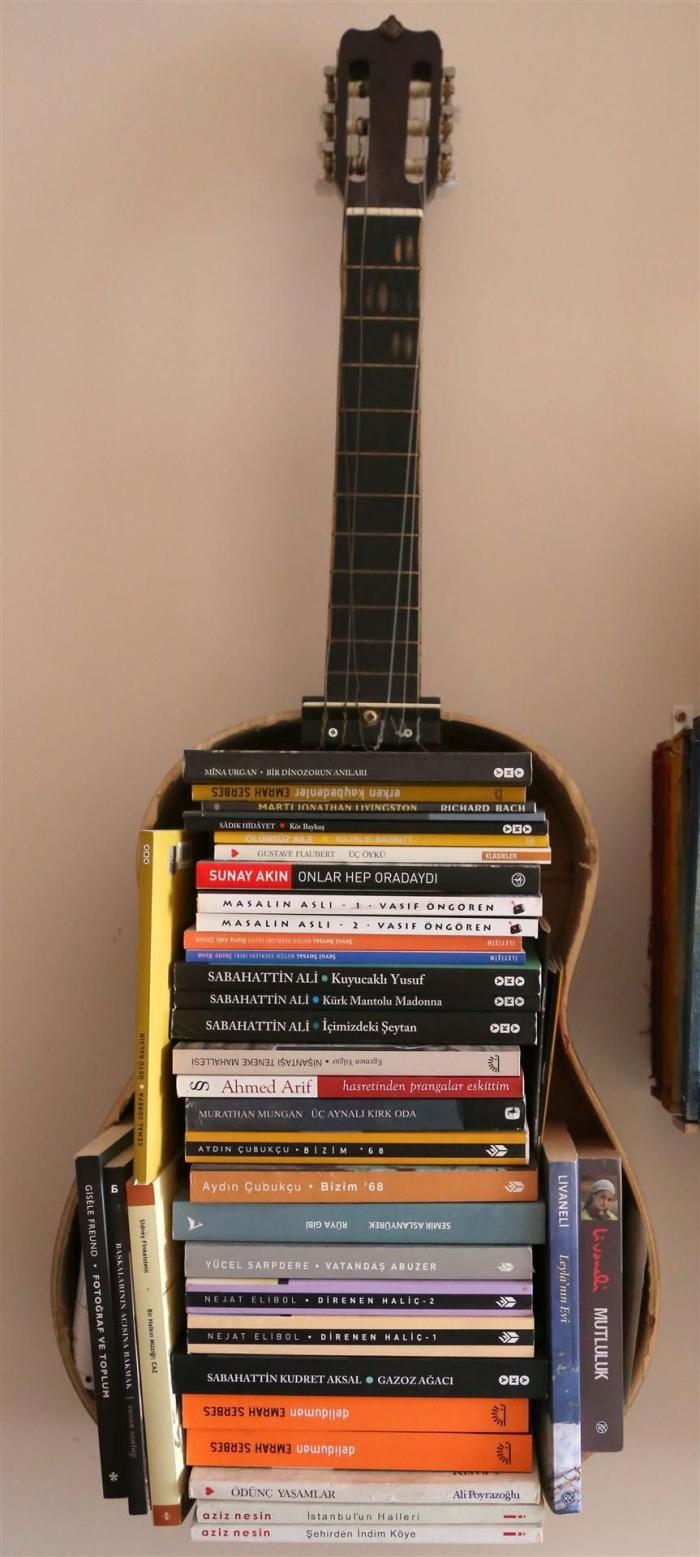 deco a faire soi meme avec une vieille guitare, modèle de meuble de rangement pour livre fait maison avec matériaux récup
