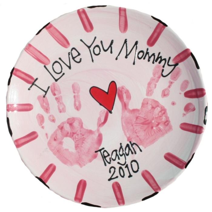 activité fête des mères facile et rapide, exemple comment décorer une assiette blanche avec empreintes en peinture rouge