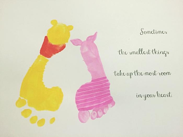 exemple de carte fête des mères maternelle avec les personnages de Winnie l'ourson en empreintes de pieds d'enfants