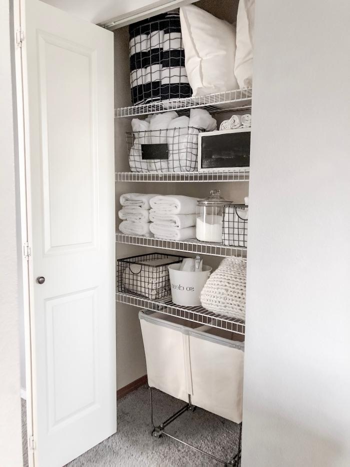 astuce rangement placard avec paniers, exemple comment bien ranger ses accessoires et produits à l'aide de paniers