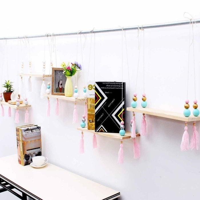 exemple de rangement livre et objets facile à faire avec morceaux de bois et corde, DIY étagère en bois avec déco en glands