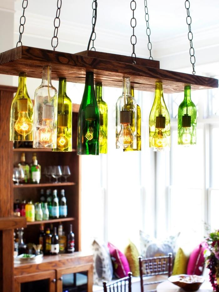 deco recup avec vieilles bouteilles en verre, diy suspension lumineuse avec planche de bois récup et bouteilles en verre vert et jaune