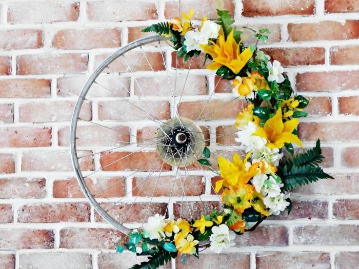 activités manuelles adultes pour le printemps, diy décoration murale en pneu recyclé et décoré avec fausses fleurs de printemps