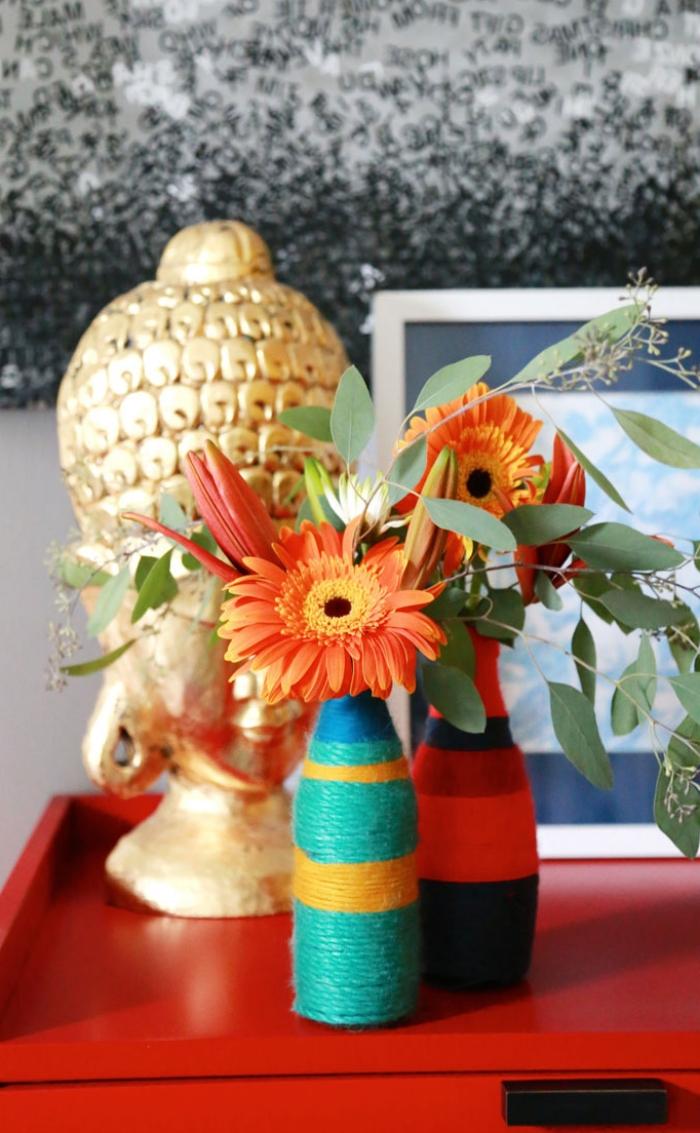 loisir créatif adulte avec matériaux de récup, modèle de vase à faire soi-même avec bouteilles recyclées et déco en corde ou ficelle