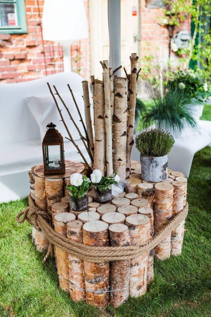 petite table en tronc d arbre deco exterieur pour ranger pots de fleurs lanternes de jardin recup