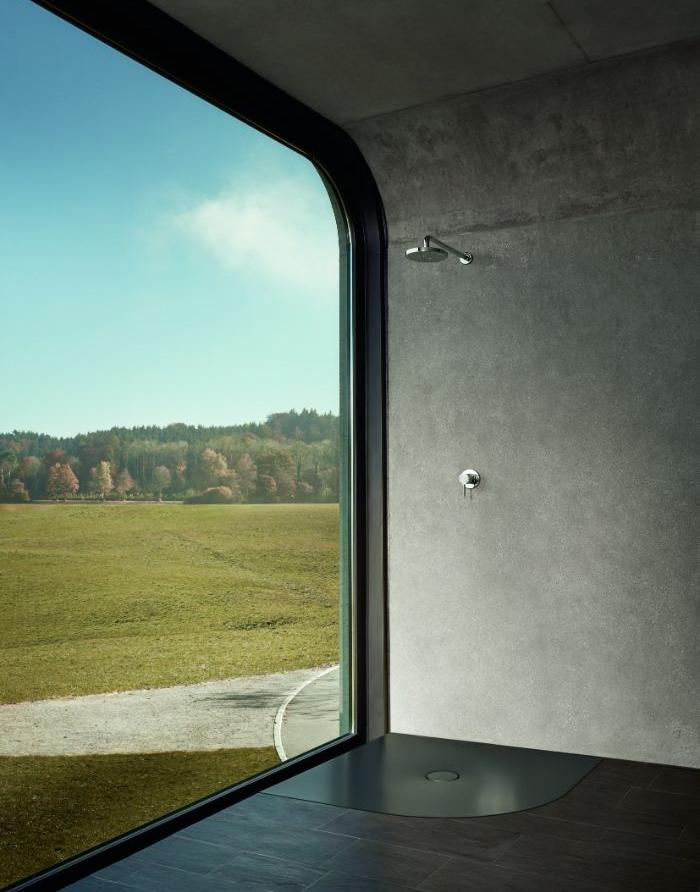 douche ouvert salle de bain simple style industriel chic avec mur de béton, parquet salle de bain bois foncé