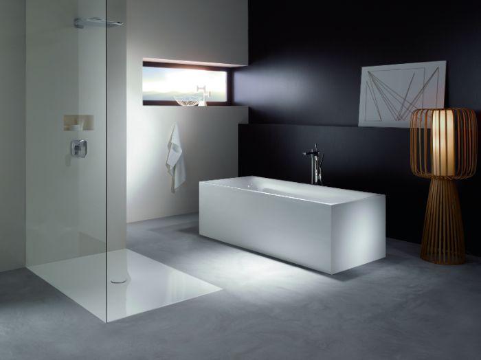 salle de bain gris et blanc avec cabine de douche paroi verre et baignoire ilot à poser, mur gris, accent lairon