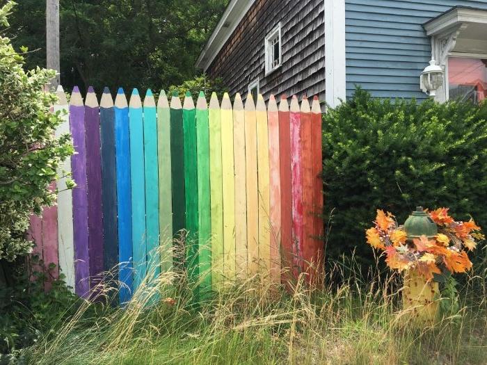 fabriquer une cloture de jardin recup en planches de bois repeints à motif crayon en couleur, decoration de jardin a faire soi meme